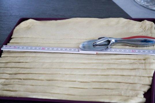 Teig in Streifen geschnitten